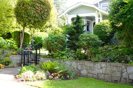 Greystone Bed & Breakfast: Beautiful front gardens