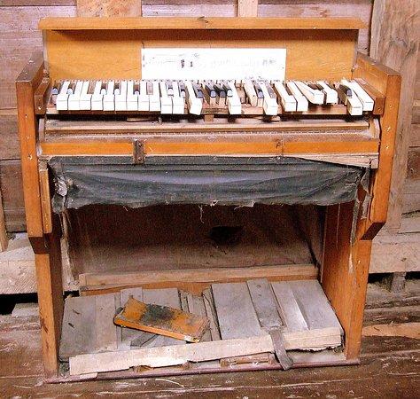 Nuestra Senora de los Dolores Church : En penoso estado, un clavicordio antiguo, en el museo de la iglesia.