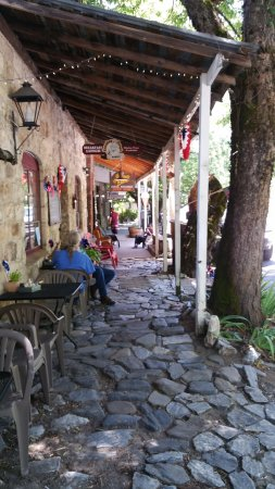 Volcano, CA: Nice seating along the cobblestoned walkway