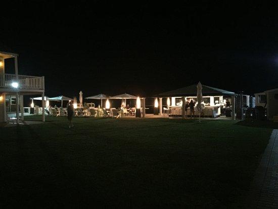 Three Seasons Motor Lodge: Beach Bar