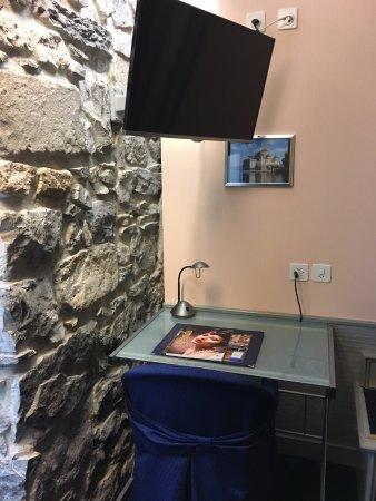 Hotel Residence Le Montbrillant: 壁が石壁です