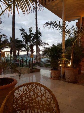 Hotel Reina Isabel: Cocktailbar an der Promenade, hier kann man auch das Buffet-Frühstück einnehmen.