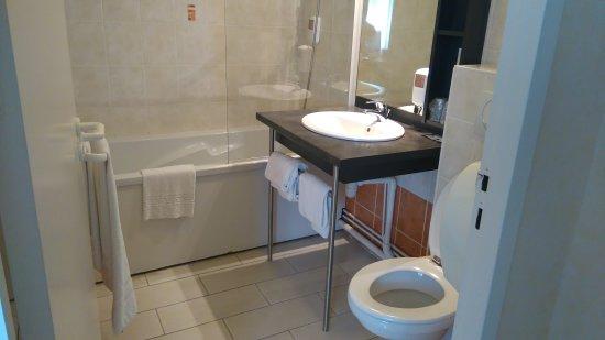Links badkamer midden grote kast met spiegel rechts ingang