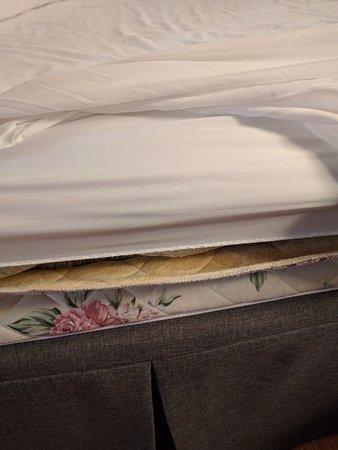 Hotel Dauphin Montreal - Longueuil: Weird mattress, but it was ok for sleeping