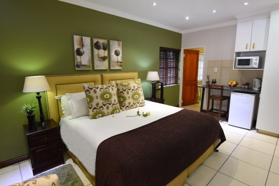 Rivonia Bed & Breakfast: Luxury room en-suite, with microwave, fridge, underfloor heating & overhead fan.