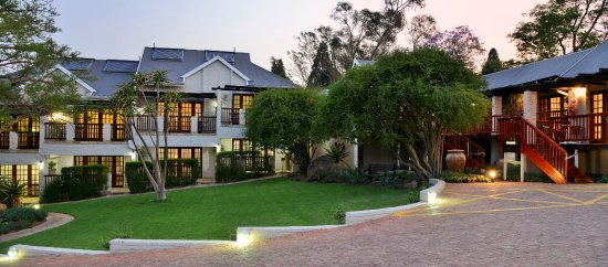 Rivonia Bed & Breakfast: Exterior view of Luxury and Superior rooms. Ample, secure parking.