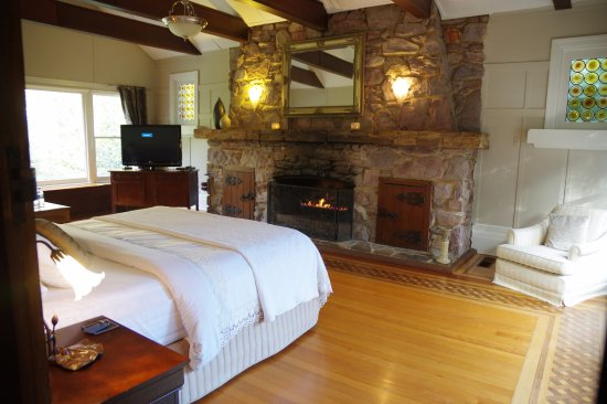 Mount Dandenong, Australien: Cozy bedroom with fire place