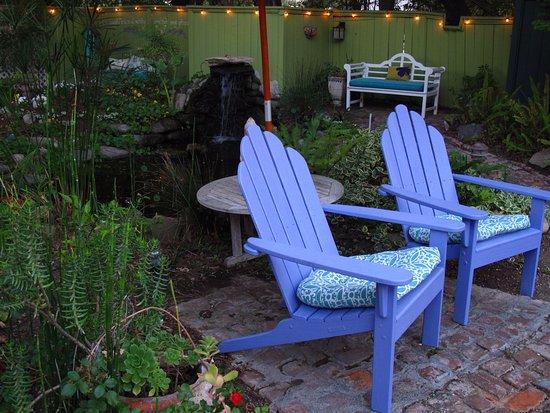 โอจาอิ, แคลิฟอร์เนีย: Listen to the symphony of our frogs in the pond and the fountain while relaxing in the backyard.