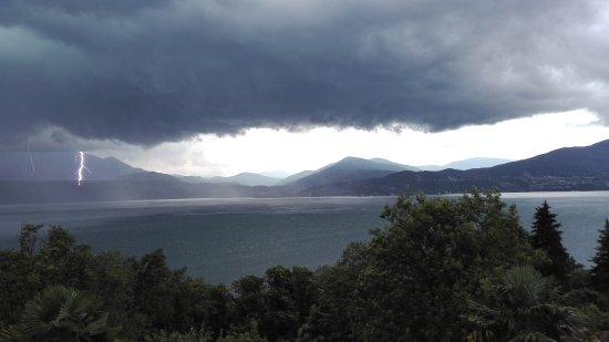 Oggebbio, Italië: Grosso temporale con tuoni e lampi sul Lago Maggiore .Foto ripresa dal balcone