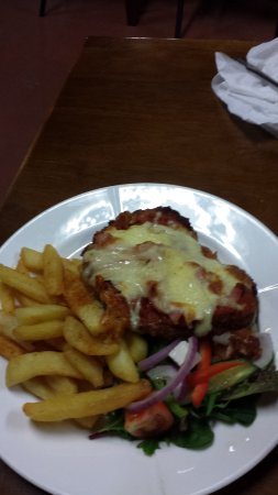 Pomonal, Austrália: Chicken parmigiana with excellent chips