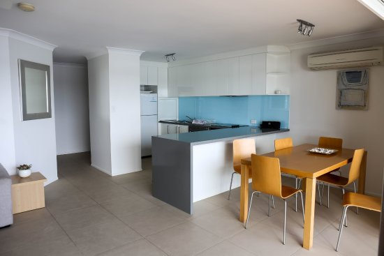 Noosa Shores Resort : Kitchen and dining