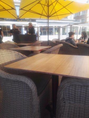 't Visboerke: rangement des tables, il est 20 heures ! certains mangent encore, d'autres attendent leur plat