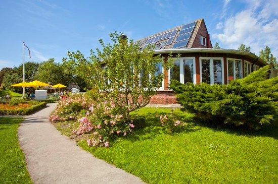 Hotel Landhaus Leuchtfeuer Pellworm Cafegarten mit Gartenpavillon