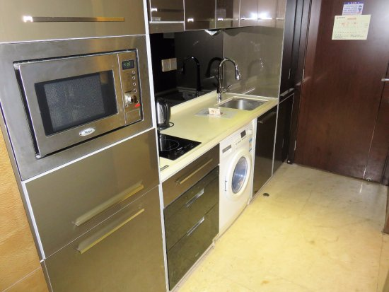 Yicheng Baoli Zhonghui Square International Apartment: Kitchenette with washing machine