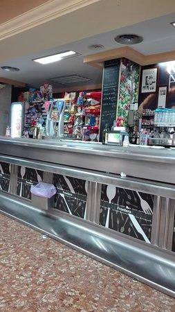 Campillo de Arenas, Spain: Situato presso una stazione di servizio carburante, è abbastanza fornito per fare colazione e pr