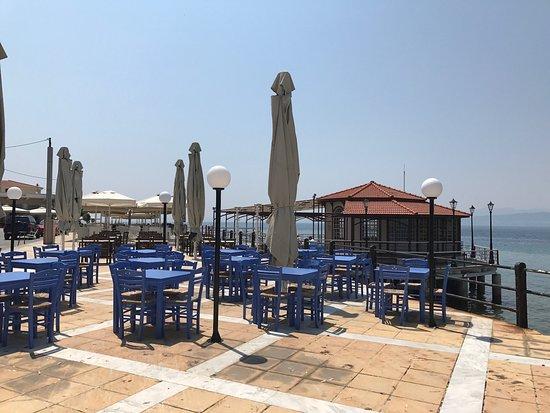 Three Piers: An der Uferpromenade von Edipso