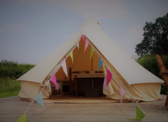 Ivington, UK: Spacious and cosy 5m bell tent set on raised deck.