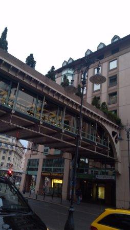 Mercure Budapest Korona Hotel: Łącznik pomiędzy dwoma skrzydłami hotelu z restauracją pośrodku