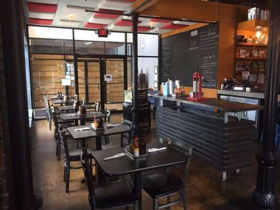 Pulaski Heights BBQ: indoor dining area