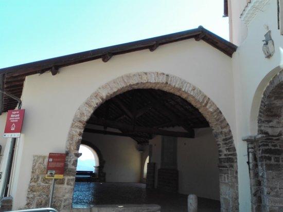 Maenza, Italy: Loggia dei mercanti e Porta Maggiore