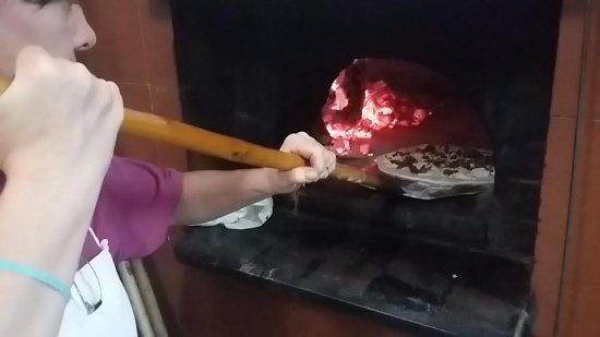Roccalbegna, Italia: cottura delle pizze nel nostro forno a legna