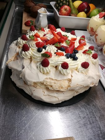 Denbigh, UK: Summer fruit pavlova for pud....... Yum yum Don't mind if I do