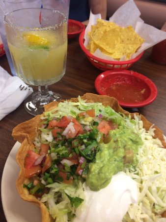 Osceola, IA: Mexican Restaurant an ordered the Fajita Taco Salad. It was wonderful!  We also tried the Margar