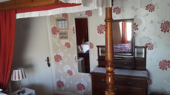 Acorn Lodge: area next to bed
