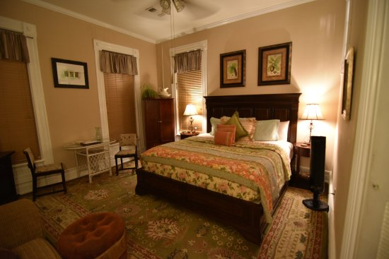 1890 Williams House Inn: Soft and bright, the East Chamber offers a garden view and a cottage feel.