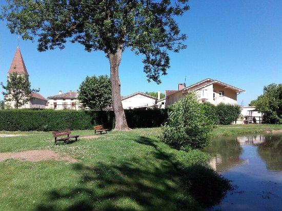 Sennece-les-Macon, Prancis: étang et jardin communal derrière hôtel
