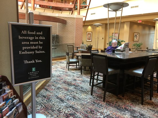 La Vista, NE: Don't bring your own food even if the hotel isn't serving any