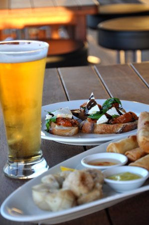 Te Awamutu, Nowa Zelandia: Tapas+cold beer+ sat on balcony soaking in the final rays of a beautiful day=life's good!
