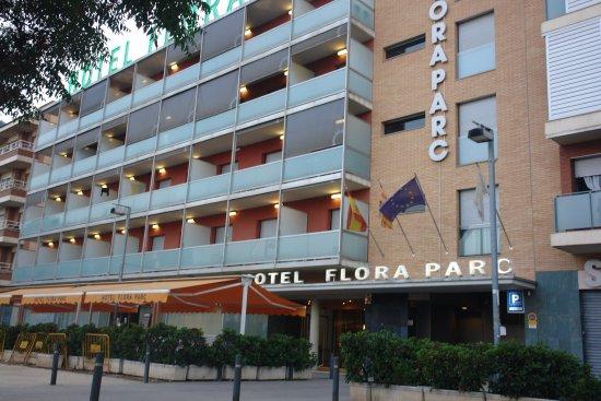 Hotel Flora Parc: Puerta principal y fachada.