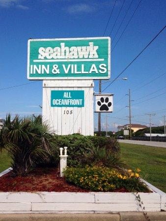 Seahawk Inn & Villas: Main entrance sign