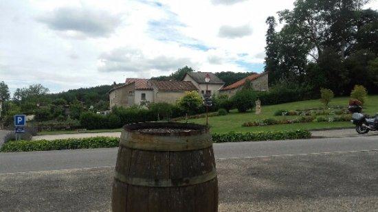 Chardonnay, Francia: vue de la terrasse, parking de l hôtel