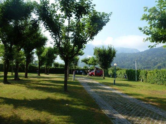 Camping Punta Lago: Campingplatz - hinten rechts - unser roter VW Bus - wir hatten sehr viel Platz um uns herum