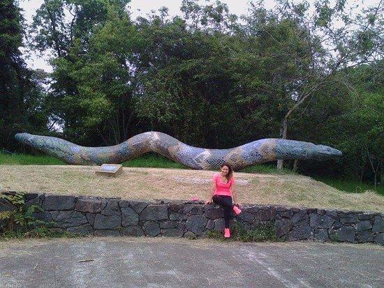 Xalapa, Mexico: en el estacionamiento del parque se encuentra una estatua de una serpiente