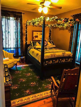 The Briar Rose Bed and Breakfast: Merryweather Room