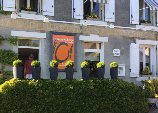 Saint-Didier-sur-Arroux, France : voorgevel restaurant