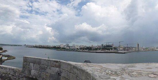 Castillo De Los Tres Reyes Del Morro : Foto desde la fortaleza hacia el Malecon
