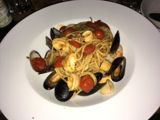 Sunnyside, NY: Pasta with seafood, housemade tiramisu, mussels and something to cool off! Awesome!