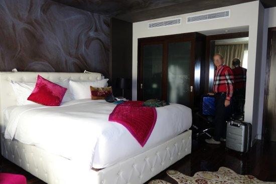 Un lit tr s haut une penderie armoire avec portes for Lit adulte avec armoire