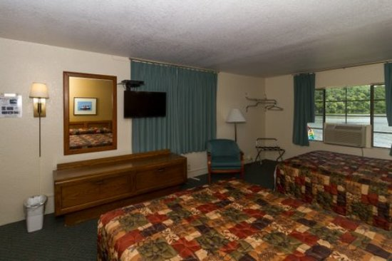 Gravois Mills, MO : Second picture of our Lake View Rooms, these are a nice size rooms, two (2) queen beds all ameni
