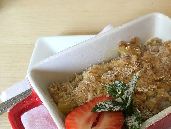 Great Bricett, UK: Vegan dessert: Mango and pineapple crumble.