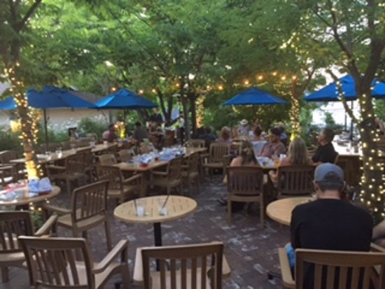 Jacksonville, OR: Almost empty beer garden at 8;45