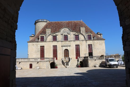Monflanquin, ฝรั่งเศส: Château de Duras vue de l'entrée de la cour d'honneur