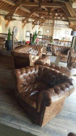 La Boissiere-Ecole, Francia: Les fauteuils chesterfield dans le coin lounge