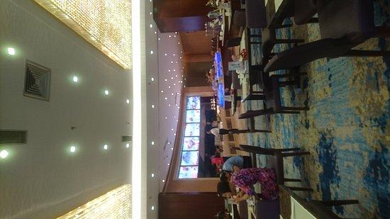 Taicang, China: 朝食は普通です。バスルームも綺麗ですがなぜか大量のゴムが有りました。