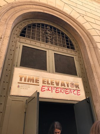 The Time Elevator Rome Experience: 出口。アトラクションが終了する時だけ開いて、直接道路に出ます。