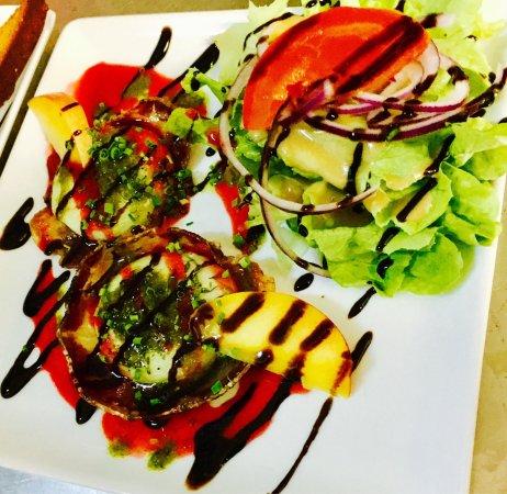 Lauzerte, Francia: Menu Quercy, foie gras maison, magret du chef, croustillant de coppa et son chèvre chaud.